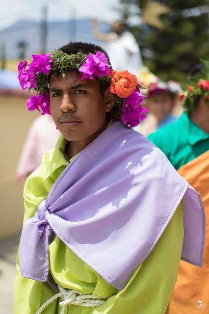 Apostol con corona de flores en Oaxaca