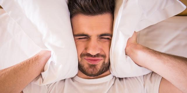 لماذا نعجز عن النوم في أسرّة الغرباء!