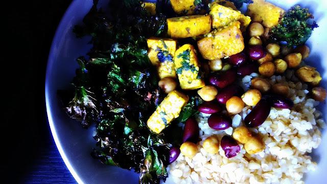 Sałatka z kaszą bulgur, jarmużem i aromatycznym tofu