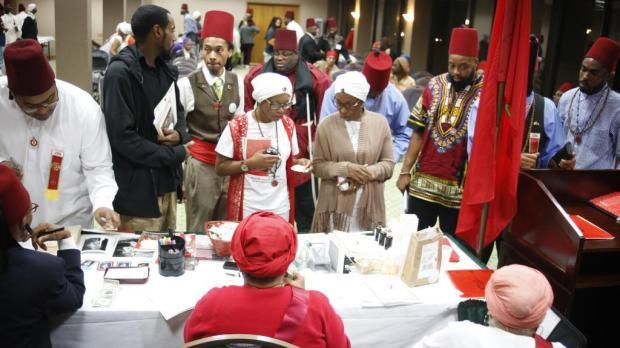 """يدعون امتلاك أجزاء سرية من القرآن ورمزهم العلم المغربي ويرتدون الطربوش الفاسي.. من هم """"الموريش""""؟ (صور وفيديوهات)"""