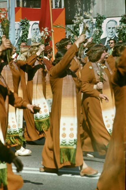 1980 год. Рига. Улица Ленина. Dziesmu un deju svētki. Праздничное шествие и портреты членов Политбюро КПСС (автор фото: Andris Rake)