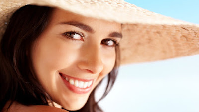 woman wear hat summer-skin-care-hacks-every-woman-should-know ي  طرق وحيل للعناية بالبشرة فى فصل الصيف امرأة تلبس قبعة