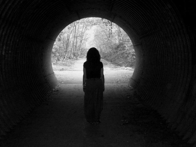 Horizonte Femenino, Mujer saliendo de un túnel