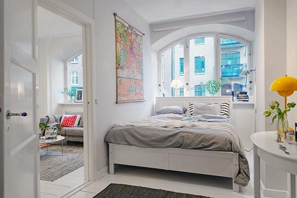 Detalle de gran cama en piso pequeño