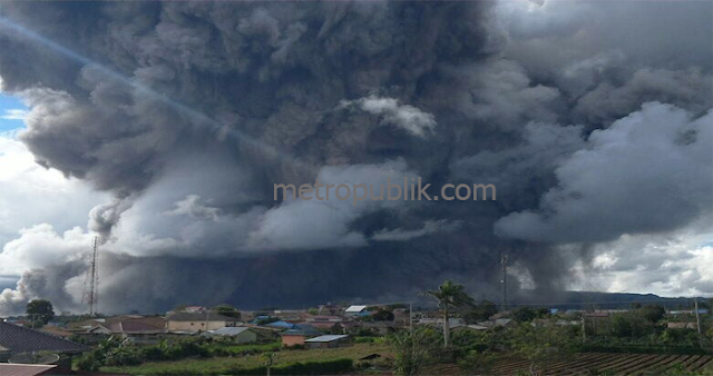 Gunung Sinabung Kembali Meletus disertai Awan Panas
