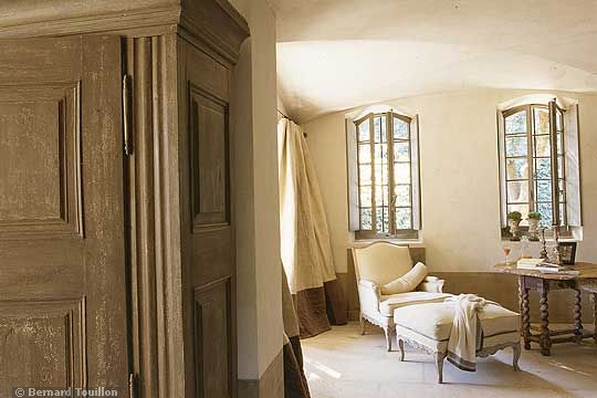 chaise - image by Bernard Touillon via cotemaison fr,  Août-Septembre 2005, Maison Famille, La Nouvel Le Vie d Un Mas En Provence as seen on linenandlavender.net - http://www.linenandlavender.net/2014/01/backtoprovence.html