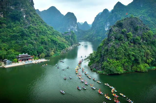 Quần thể danh thắng Tràng An - Bái Đính ở Ninh Bình là sự kết hợp giữa khung cảnh vừa hùng vĩ vừa thơ mộng của tự nhiên và văn hóa tâm linh, được UNESCO công nhận là di sản văn hóa thế giới.