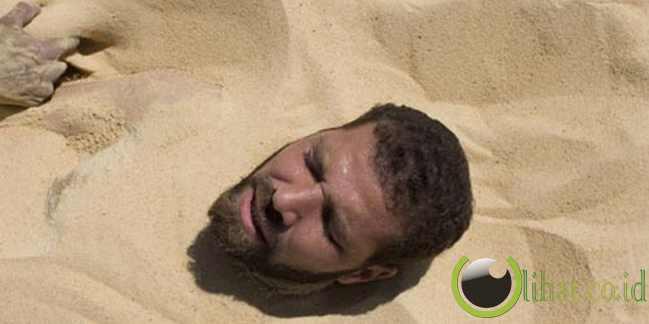 Menguburkan Diri Hingga Leher di Pasir – Libya