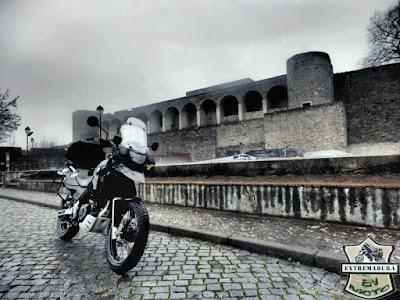 Moto junto al castillo de Abrantes