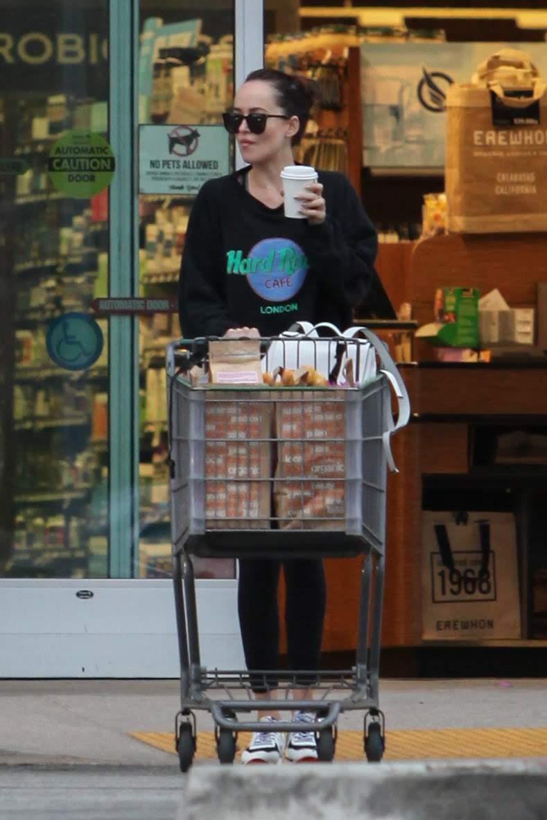 Dakota Johnson Shopping At Erewhon : エレワンでお買い物のダコタ・ジョンソン ! !