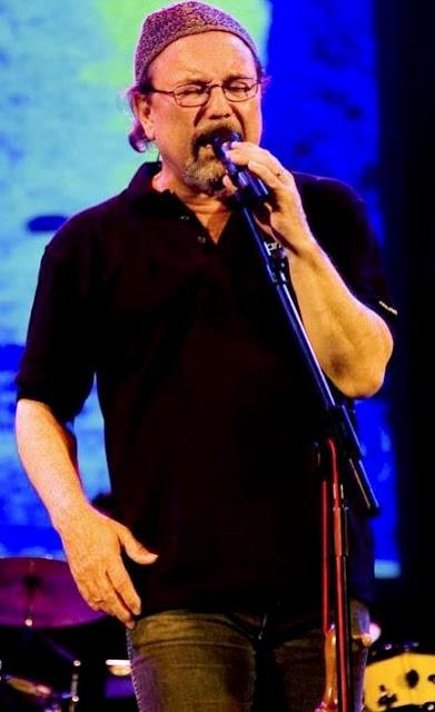 Foto de Rubén Blades cantando en el escenario