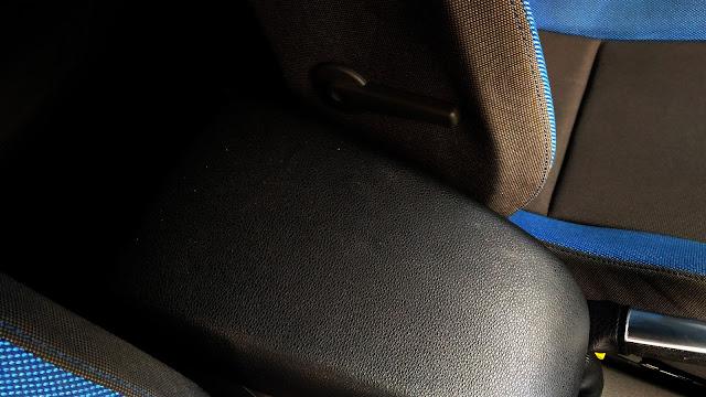 【生活分享】五股金讚汽車 Golden Top - 不愉快的烤漆經驗 (前傳) - 中央扶手也有手印,這張呈現的真的不是很好 (我的錯)