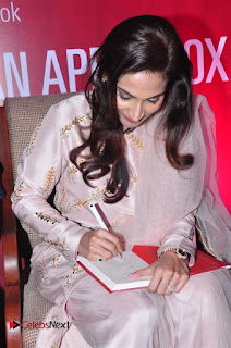 Aiswarya Rajinikanth Dhanush Standing on an Apple Box Launch Stills in Hyderabad  0011.jpg