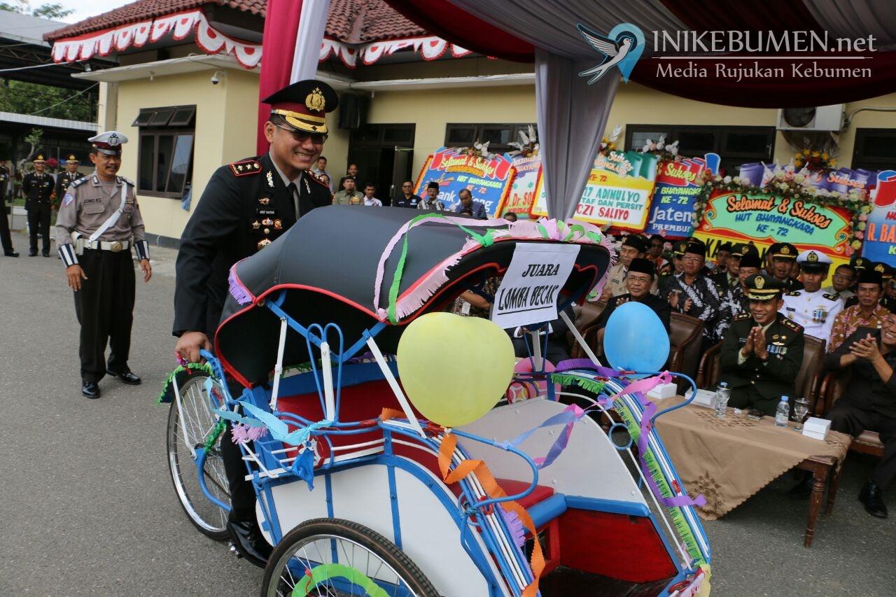 Upacara Hari Bhayangkara, Kapolres Kebumen Serahkan Hadiah Becak