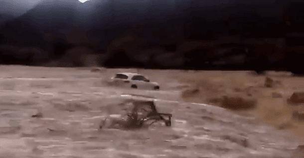 شاهد  لحظات مرعبة .. مياه الفيضان تبتلع مركبة بها أشخاص في سلطنة عمان!