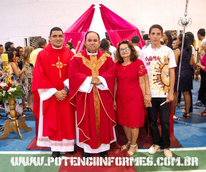 Missa de Crisma – Na Paróquia Nossa Senhora do Perpetuo Socorro 87 cristãos católicos receberam o sacramento do Crisma