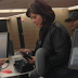 Η Φωτογραφία αυτής της γυναίκας στα εισιτήρια του αεροδρομίου, σαρώνει στο διαδίκτυο. Ο λόγος; Προσέξτε την λίγο καλύτερα…