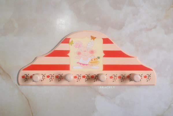 Pasta mural con stencil aplicado a un perchero for Materiales para pintar un mural