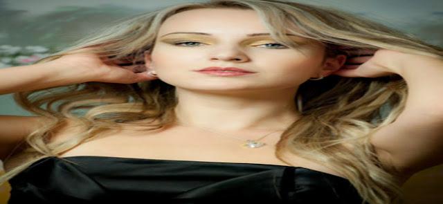 Mulher segurando os cabelos loiros