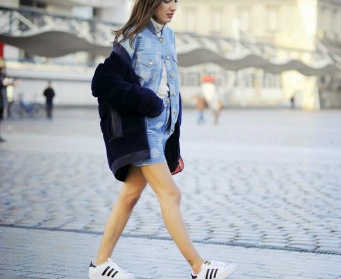 d42cf8e0a0 Οι fashion bloggers μας δείχνουν το δρόμο και μας λένε πως έτσι πρέπει να  φοράμε τα παλτό μας φέτος την Άνοιξη.
