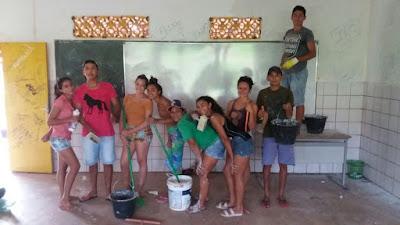 Alunos do Ensino Médio mobilizam-se para limpar pichações em sala de aula de escola municipal