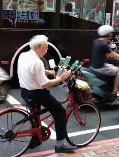El hombre de 70 años que recorre la ciudad en bicicleta jugando Pokemon GO con 11 móviles inteligentes