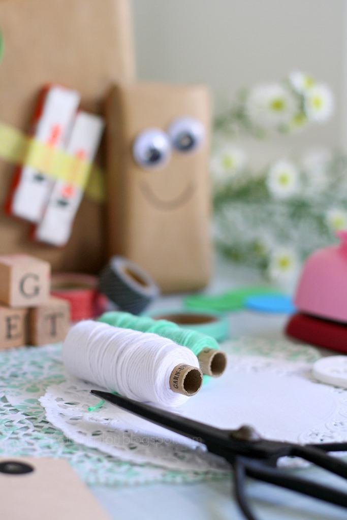 Bloggeraktion Mitmachaktion #12giftswithlove miss-red-fox Frollein Pfau, Geschenke kreativ verpacken mit Kraftpapier, DIY Geschenkeverpackungen, Buchstabenstempel, Geschenkpapier bestempeln, selbtsgemachtes Geschenkpapier, Bäckergarn