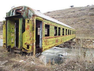 Gerabak keretapi yang dijadikan jambatan