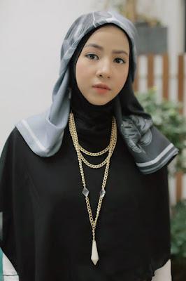 alis mulus dan seksi manis pakai hijab merah Si Manis Natasha Rizki