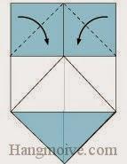 Bước 5: Gấp hai góc giấy xuống dưới.