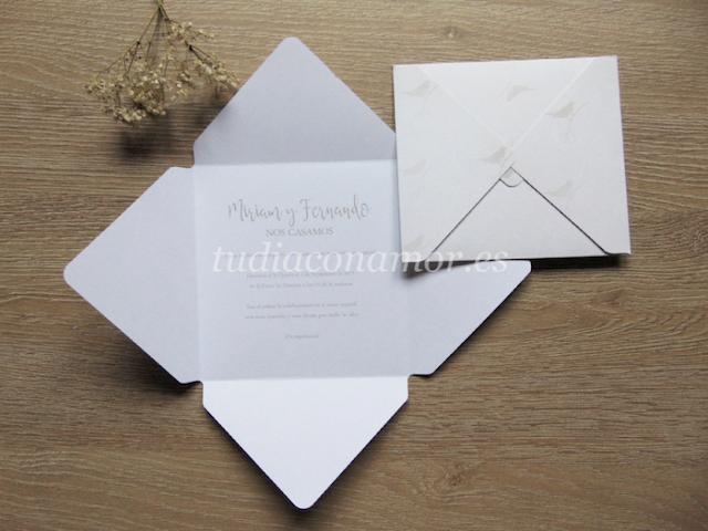 Una invitación de boda bonita y original de estilo romántico con forma de sobre estampado