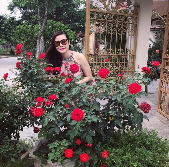 Sân vườn 50 m2 phủ kín hoa hồng của bà mẹ Hòa Bình -1