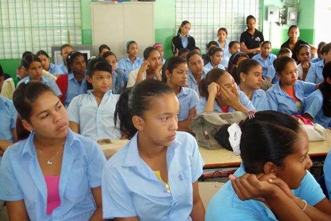 Grupo de estudiantes reciben charla.