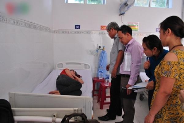 công nhân nhập viện sau bữa ăn trưa.