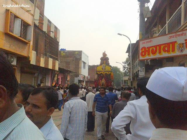 Image: Balaji Rath and Devotees waiting for each other to meet