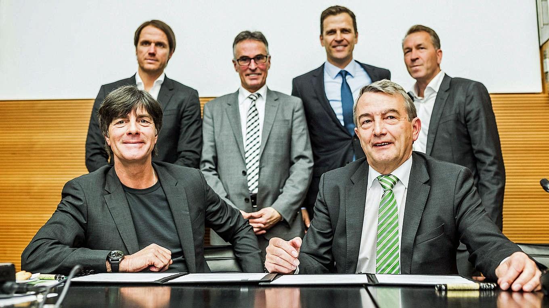 A seleção alemã terá Joachim Löw no comando até o final da Copa do Mundo de  2018. Nesta sexta-feira e7833fe474de9