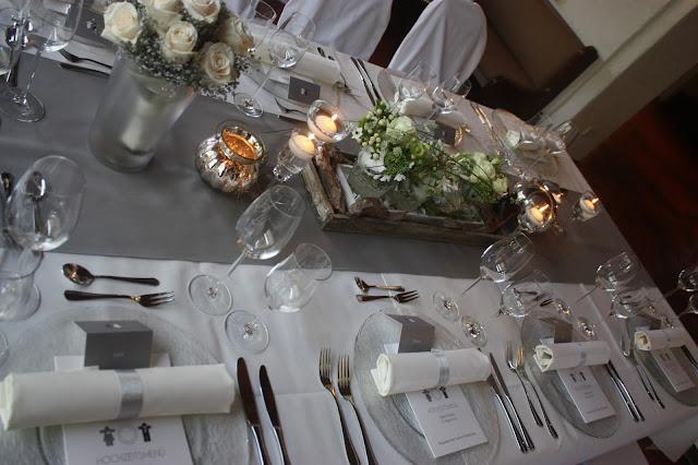 Tischdekoration, Elegante puristische Hochzeit in Creme und Silbergrau, Mann und Frau, im Riessersee Hotel Garmisch-Partenkirchen, heiraten in Bayern, wedding in grey and ivory in Germany