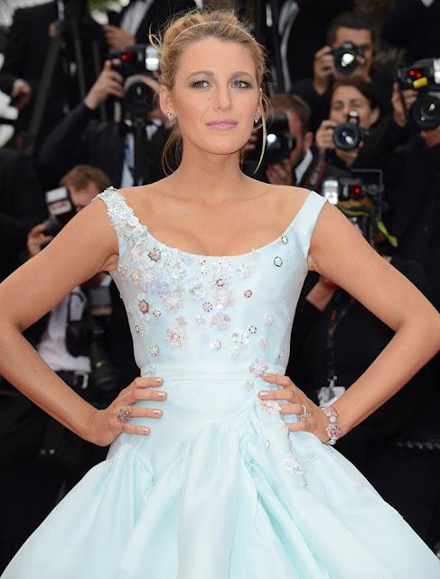 Imagem em zoom mostra a parte de cima do vestido com detalhes,