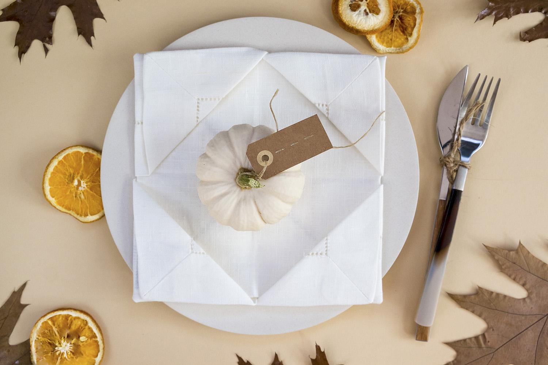 Diy: Servetten vouwen voor een Herfsttafel met een pompoen en een naambordje