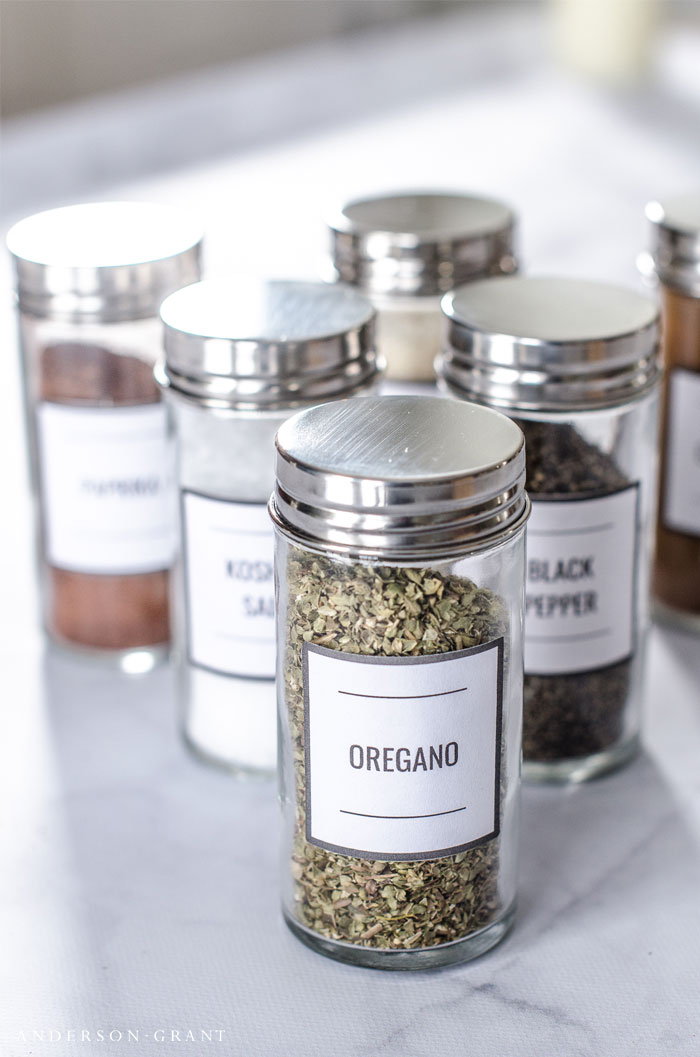 Learn tips for organizing the spices in your pantry. #kitchenorganization #freeprintable #organizing #andersonandgrant