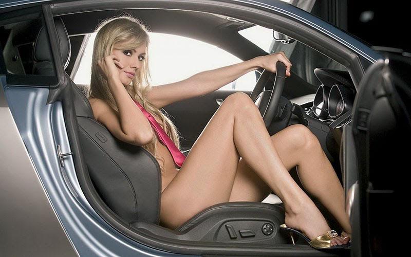 обнажённая девушка за рулём автомобиля