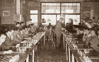 Àngel Ribera dando unas simultáneas en el Club de Ajedrez Calaf en 1949