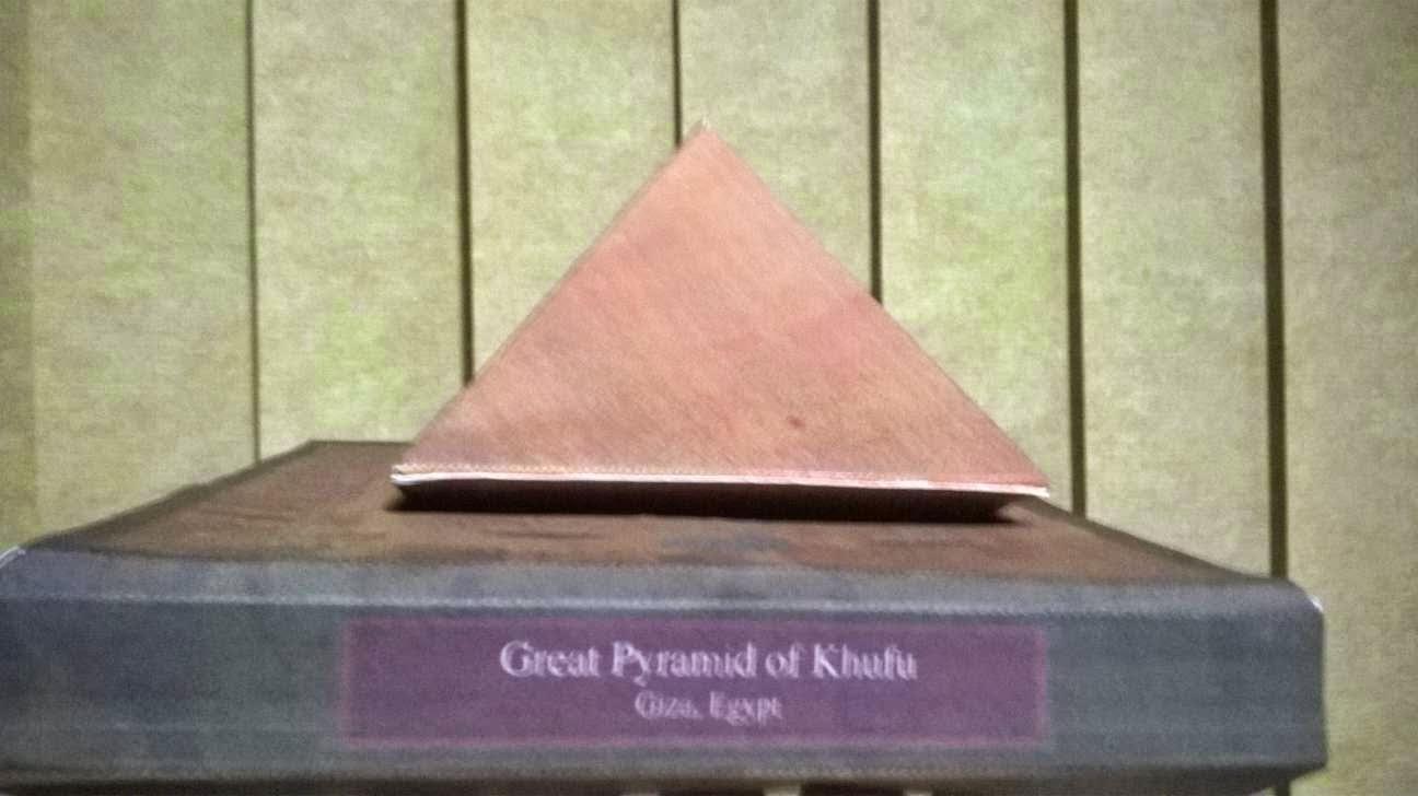 Maquete miniatura da grande pirmide de Quops no Egito