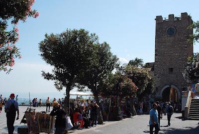 la tour de l'Horloge enjambe la longue rue Umberto I
