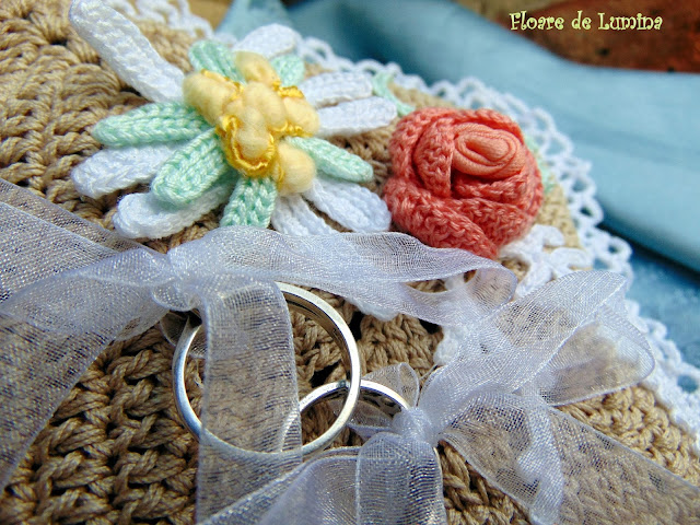 Perinita crosetata manual , suport pentru verighete / wedding crochet design