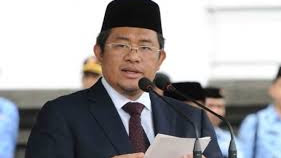 Gubernur Aher Serahkan Sertifikat Akreditasi 702 SLTA