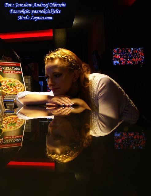 11.11.17 Biała koszula z koronką i przeźroczystymi rękawami, granatowa rozkloszowana spódnica, czarny biustonosz, chocker z medalionem koronkowy, zakolanówki, czarne koturny, opaska warkocz, Klub Kosmos Kielce