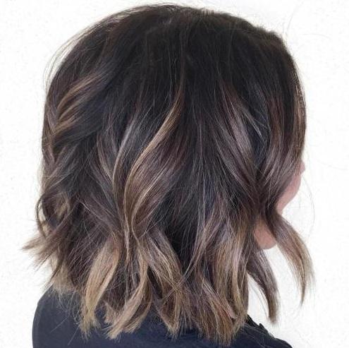 Miel de color marrón es un color de cabello fabuloso para el cabello corto ya que añade vitalidad y glamour a filamentos cortos. Balayage medio pintado