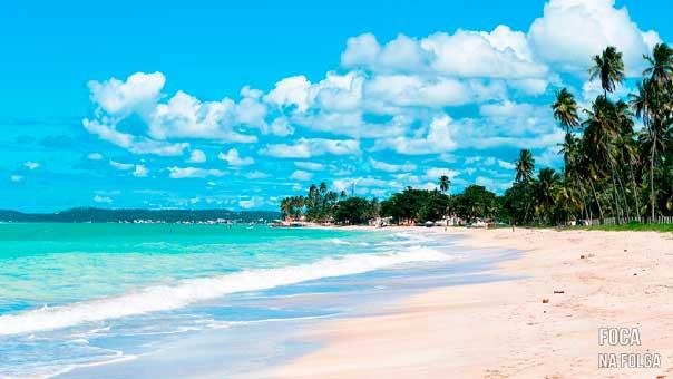 Praias com mar azul clarinho e areia branquinha coqueiros na areia