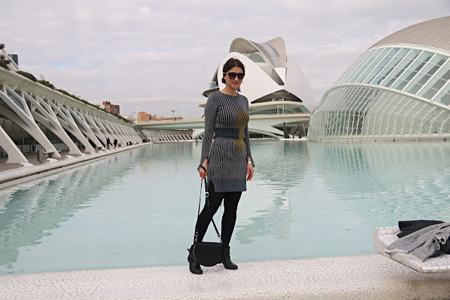 hiszpania, Valencia, street style, novamoda style, classy in the city, dzianinowa sukienka, skórzana kurtka, biker, wiosnenny styl, jesienne inspiracje, moda jesien, jak nosić, blog moda, moda po 40 ce, porady stylisty, kobiety, styl życia, Walencja Miasto sztuki i nauki